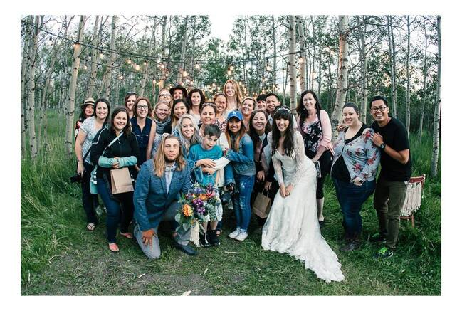 Vendor + attendee group photo at romantic evening picnic styled shoot workshop